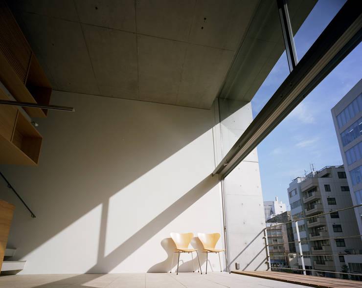 日本橋-川辺の家: 西島正樹/プライム一級建築士事務所 が手掛けたリビングです。