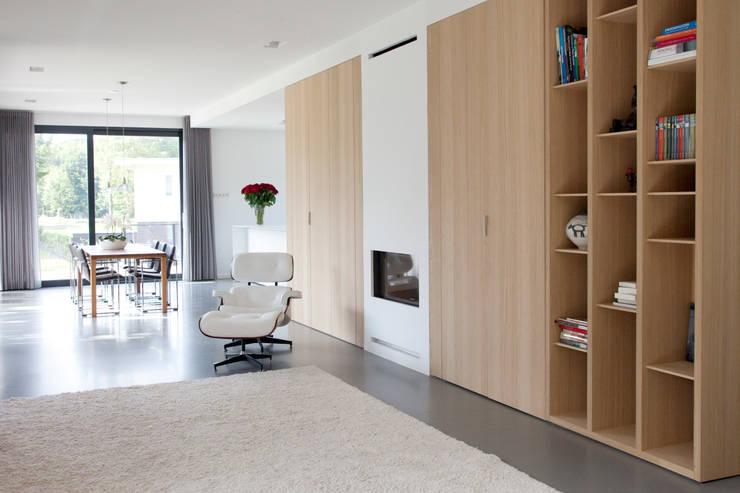 Moderne woonkamer:  Woonkamer door Archstudio Architecten | Villa's en interieur