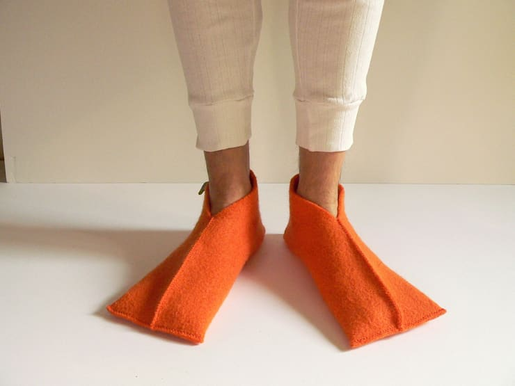 felted wool slippers: Casa in stile  di raffaella brunzin handmade