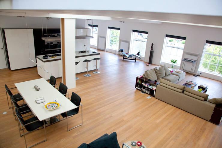 Loft :  Woonkamer door Archstudio Architecten | Villa's en interieur,