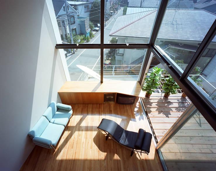 スキップテラスの家: 西島正樹/プライム一級建築士事務所 が手掛けたリビングです。
