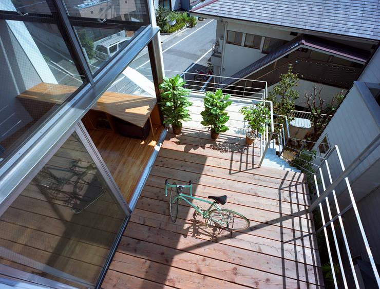 スキップテラスの家: 西島正樹/プライム一級建築士事務所 が手掛けたベランダです。