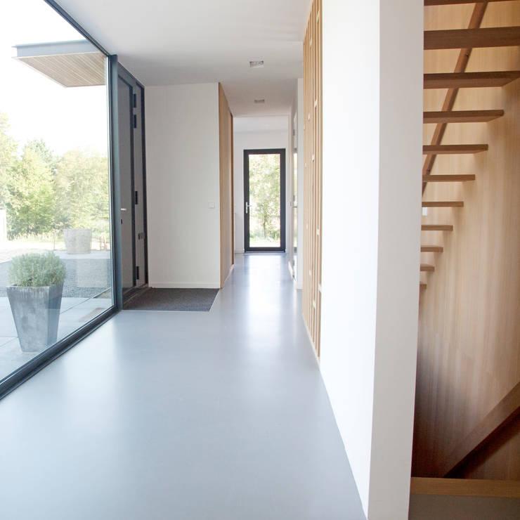 Moderne entreehal:  Gang en hal door Archstudio Architecten | Villa's en interieur,