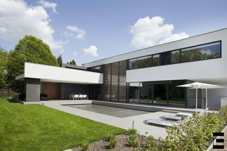 Woonhuis 47044:  Tuin door Geert van den Oetelaar Architect