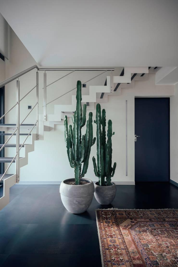 casa ROSS: Ingresso & Corridoio in stile  di Marg Studio