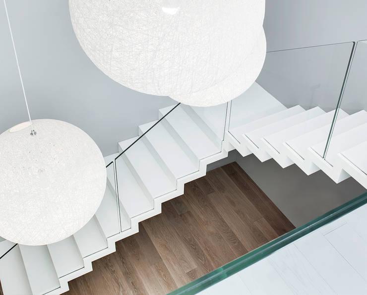 ST885 Białe schody dywanowe / ST885 White Zigzag Stairs: styl , w kategorii Korytarz, przedpokój zaprojektowany przez Trąbczyński,Minimalistyczny