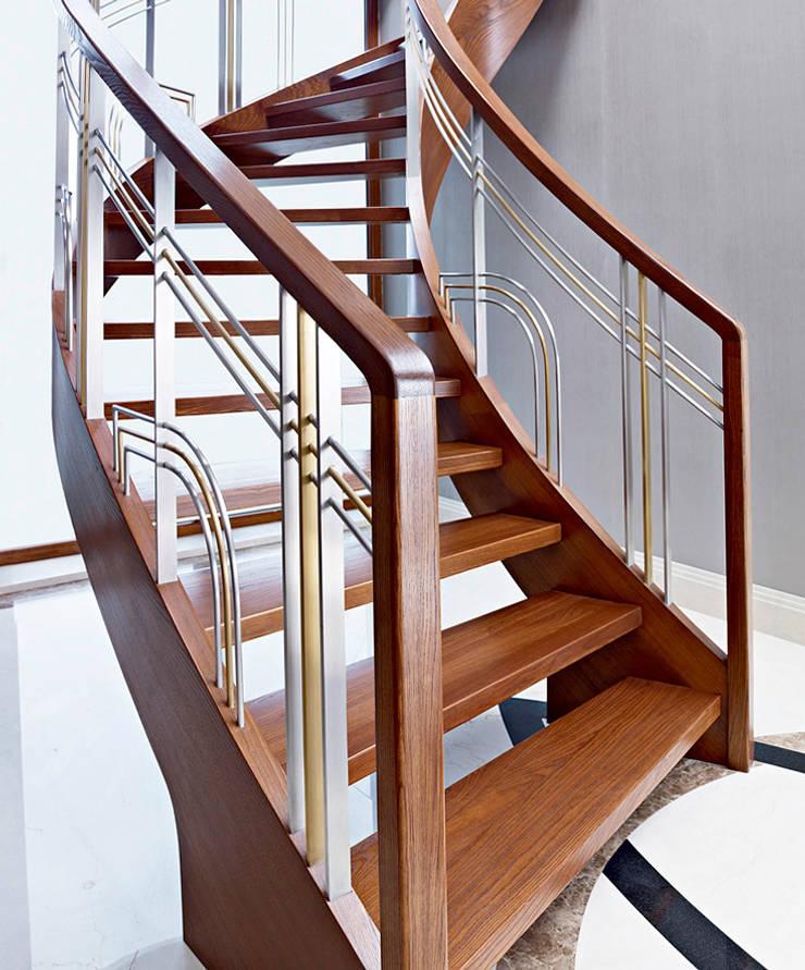 ST770 Nowoczesne schody gięte z jesiony termicznego / ST770 Modern Curved Stairs made of thermo Ash: styl , w kategorii Korytarz, przedpokój zaprojektowany przez Trąbczyński,Nowoczesny