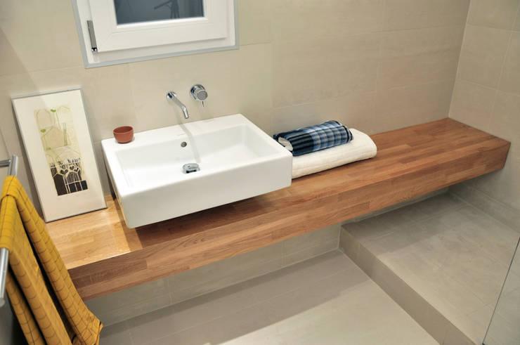 Baño: Baños de estilo moderno de 5lab