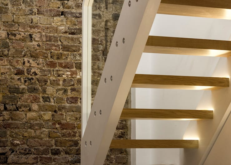 Bespoke designed Oak staircase with glass balustrade and integral lighting. :  Corridor & hallway by R+L Architect
