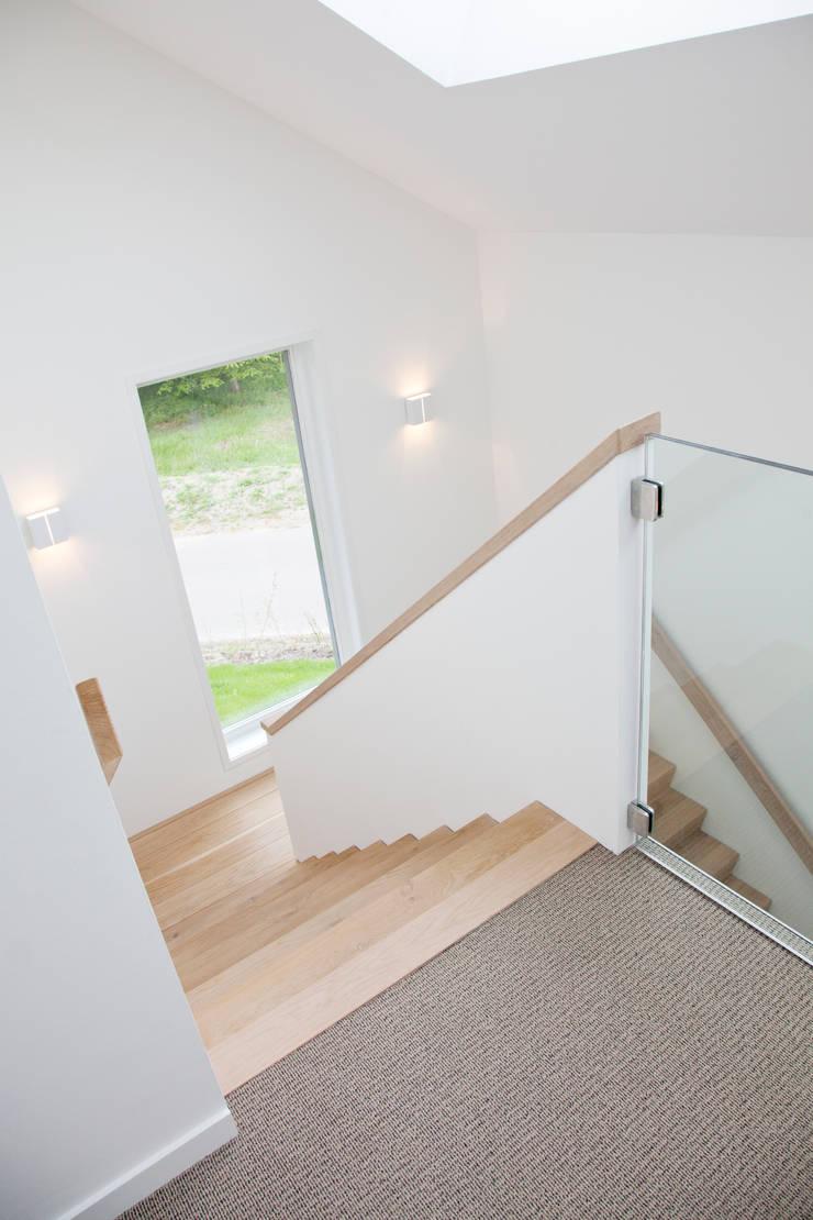 Moderne trap:  Gang en hal door Archstudio Architecten   Villa's en interieur