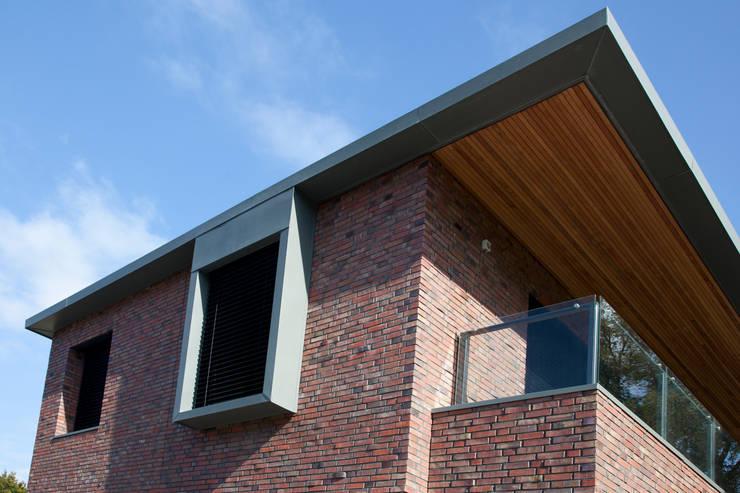 Moderne villa:  Terras door Archstudio Architecten | Villa's en interieur