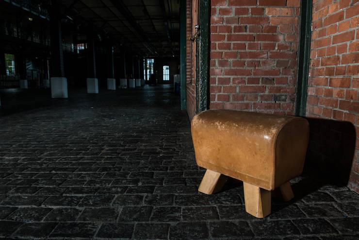 Hardcrafted Hamburg Turngeräte-Möbel: minimalistische Wohnzimmer von Hardcrafted Hamburg