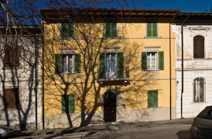 """""""Villino"""" a Pisa: Case in stile in stile Classico di C+A Caponi Arrighi architetti associati"""