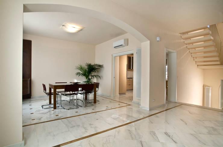 """Villino"" a Pisa: Sala da pranzo in stile in stile Classico di C+A Caponi Arrighi architetti associati"