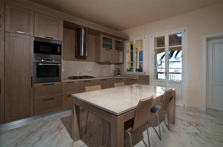 """Villino"" a Pisa: Cucina in stile in stile Classico di C+A Caponi Arrighi architetti associati"