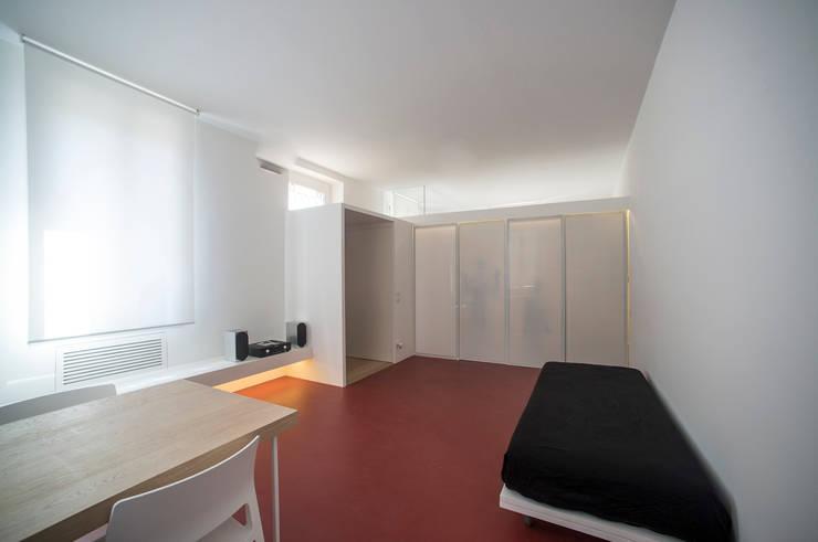 Casa per un fotografo: Soggiorno in stile in stile Minimalista di Silvia Bortolini architetto