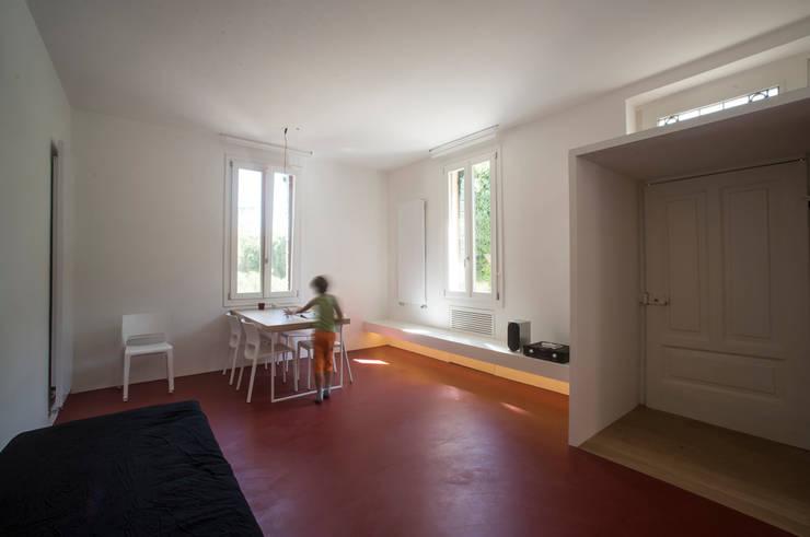 Casa per un fotografo: Sala da pranzo in stile  di Silvia Bortolini architetto
