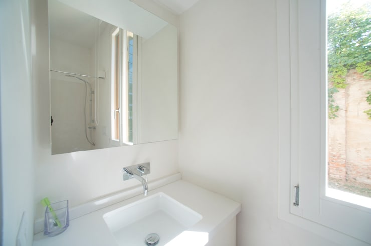 Casa per un fotografo: Bagno in stile in stile Minimalista di Silvia Bortolini architetto