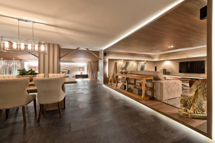 Loft de 250m²: Salas de estar  por Riskalla & Mueller Arquitetura e Interiores
