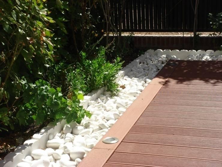 Bolo blanco junto a tarima: Jardines de estilo  de Palos en Danza