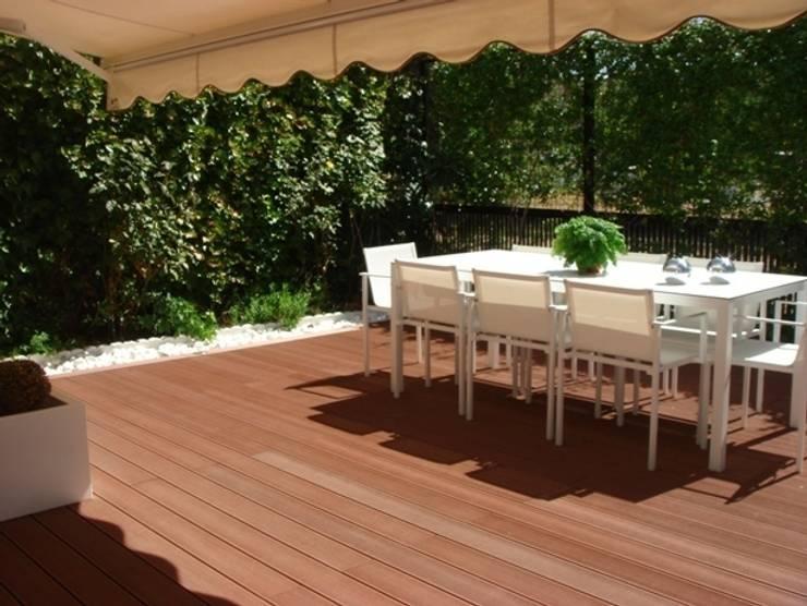 Terraza de madera sin mantenimiento: Jardines de estilo  de Palos en Danza