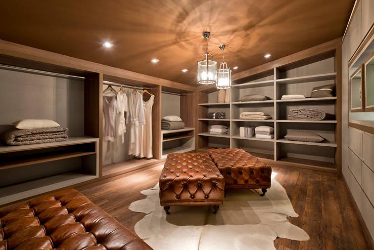 Vestidores y closets de estilo  por Riskalla & Mueller Arquitetura e Interiores