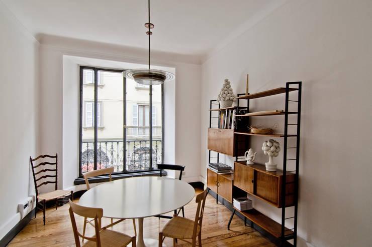 P8 apartment | Segno Italiano® showroom | Milan | sala riunioni: Casa in stile  di Segno Italiano®