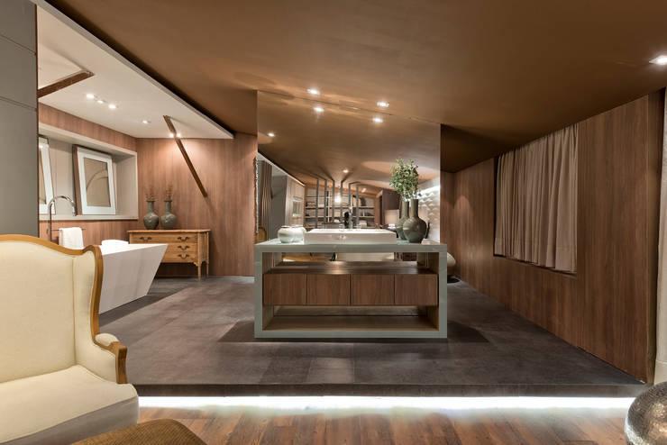 Loft de 250m²: Banheiros  por Riskalla & Mueller Arquitetura e Interiores