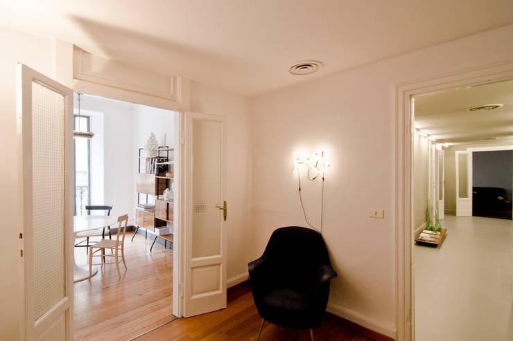 P8 apartment | Segno Italiano® showroom | Milan | ingresso:  in stile  di Segno Italiano®, Mediterraneo