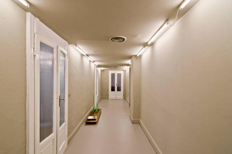 P8 apartment | Segno Italiano® showroom | Milan | corridoio galleria:  in stile  di Segno Italiano®, Mediterraneo