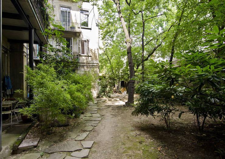 P8 apartment | Segno Italiano® showroom | Milan | giardino:  in stile  di Segno Italiano®, Mediterraneo