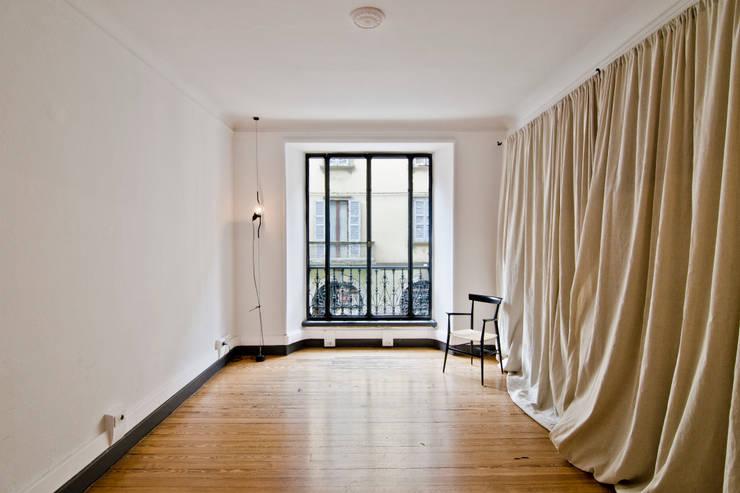P8 apartment | Segno Italiano® showroom | Milan | studio:  in stile  di Segno Italiano®, Mediterraneo