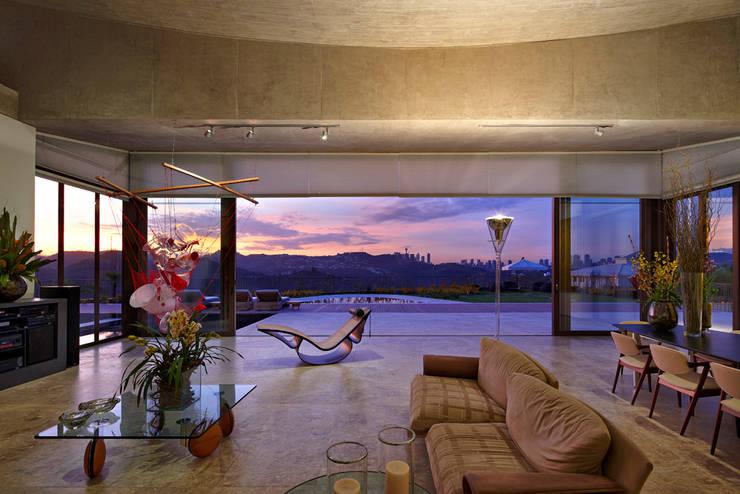 Casa JE: Salas de estar modernas por Humberto Hermeto