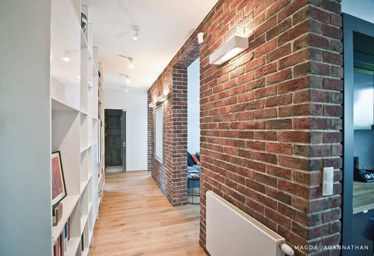 """Mieszkanie """"D"""": styl , w kategorii Korytarz, przedpokój zaprojektowany przez PRACOWNIA PROJEKTOWA JAGANNA"""