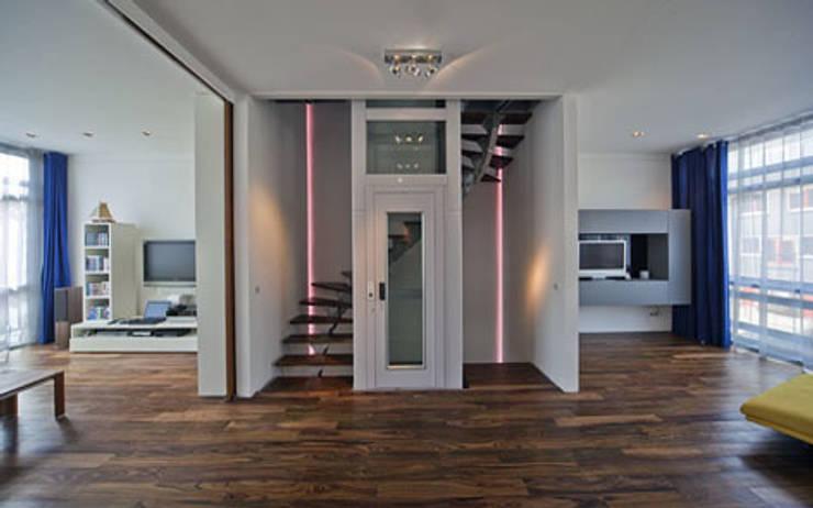Herenhuis IJburg Steigereiland, trap met huislift:  Gang en hal door Florian Eckardt - architectinamsterdam