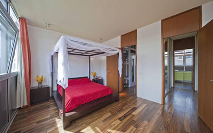 Herenhuis IJburg Steigereiland, slaapkamer met hemelbed:  Slaapkamer door Florian Eckardt - architectinamsterdam