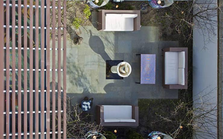 Herenhuis IJburg Steigereiland, blik op ommuurde tuin:  Tuin door Florian Eckardt - architectinamsterdam