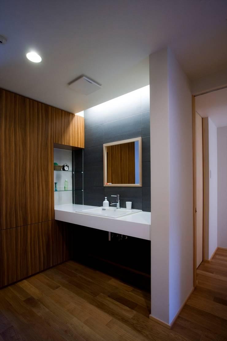 Phòng tắm theo Y.Architectural Design, Hiện đại