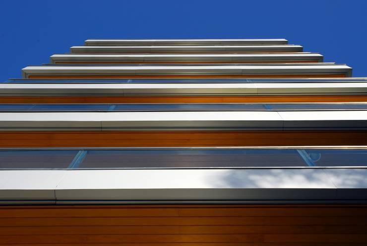 Sacadas fachada principal: Terraços  por JOBIM CARLEVARO arquitetos