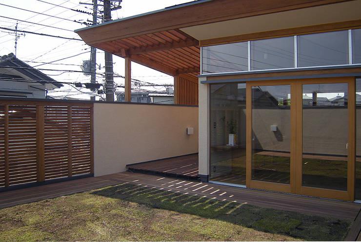 東中沢の家: 環境創作室杉が手掛けたテラス・ベランダです。