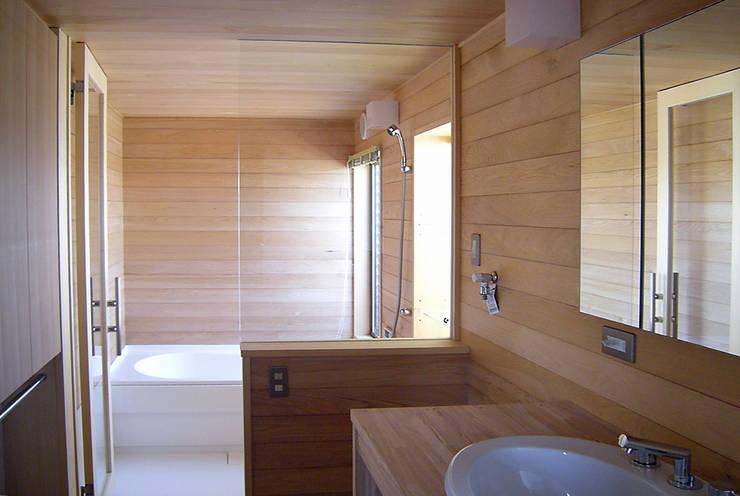 東中沢の家: 環境創作室杉が手掛けた浴室です。