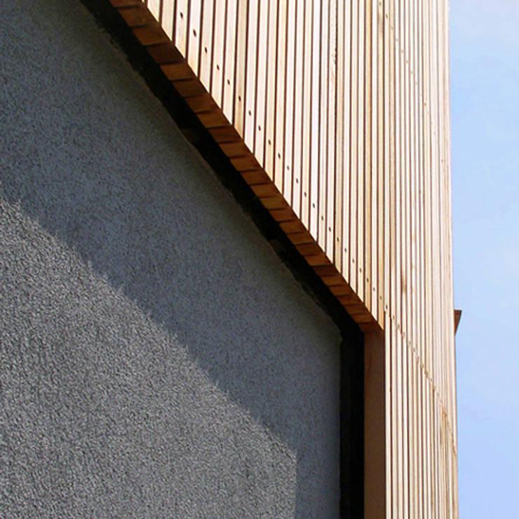 woning Teteringen, lattengevel en stuc:  Huizen door Florian Eckardt - architectinamsterdam