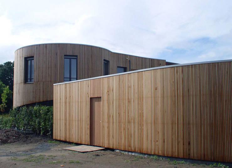 woning Teteringen, bijgebouw als tuinafscheiding:  Garage/schuur door Florian Eckardt - architectinamsterdam