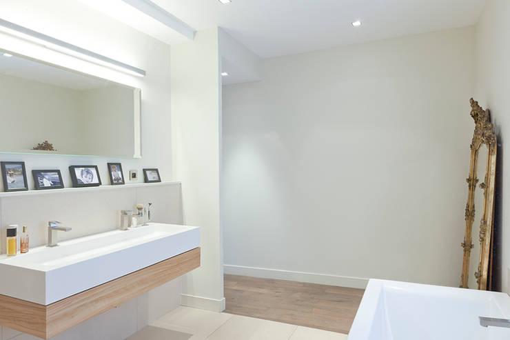 Maison à Francheville: Salle de bains de style  par Tymeno