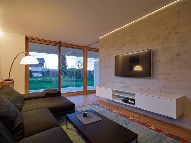 Haus R:  Wohnzimmer von raupach architekten