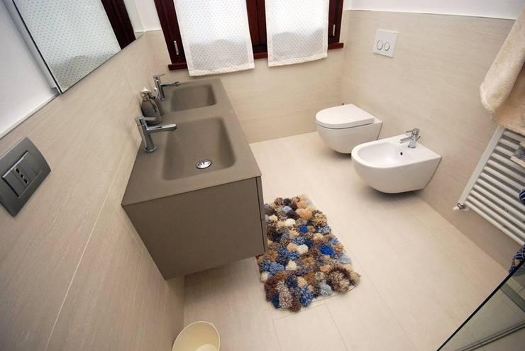 Appartamento – Rimini: Bagno in stile  di Fersini Marco - Pavimenti e Rivestimenti interni ed esterni,