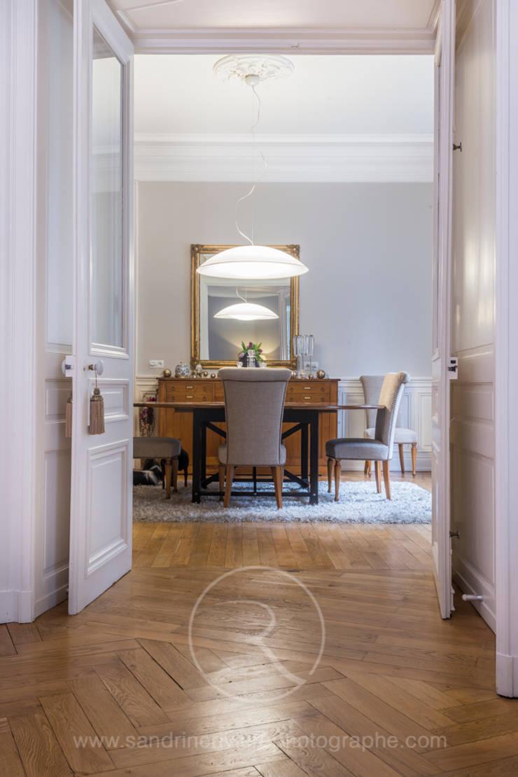 Visite privée d'un appartement haussmannien: Salle à manger de style  par Sandrine RIVIERE Photographie