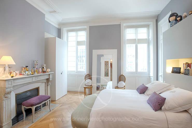 Visite privée d'un appartement haussmannien: Chambre de style  par Sandrine RIVIERE Photographie