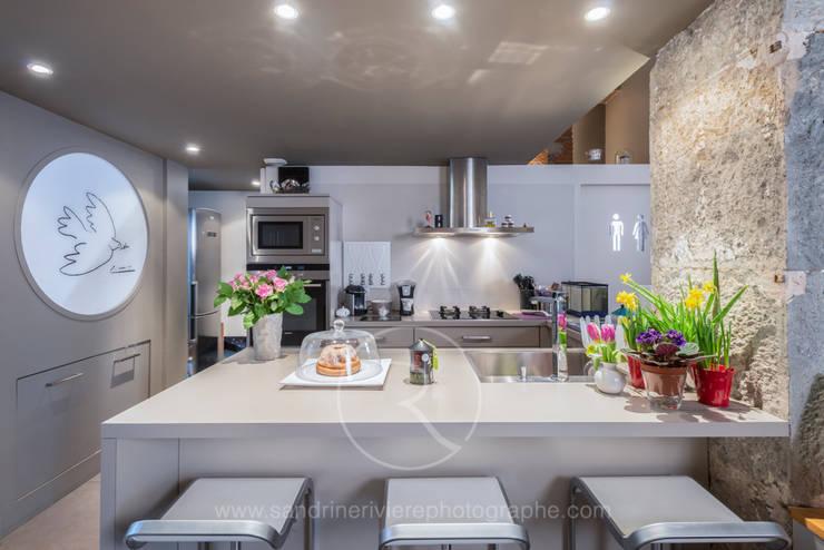 Visite privée d'un appartement haussmannien: Cuisine de style  par Sandrine RIVIERE Photographie