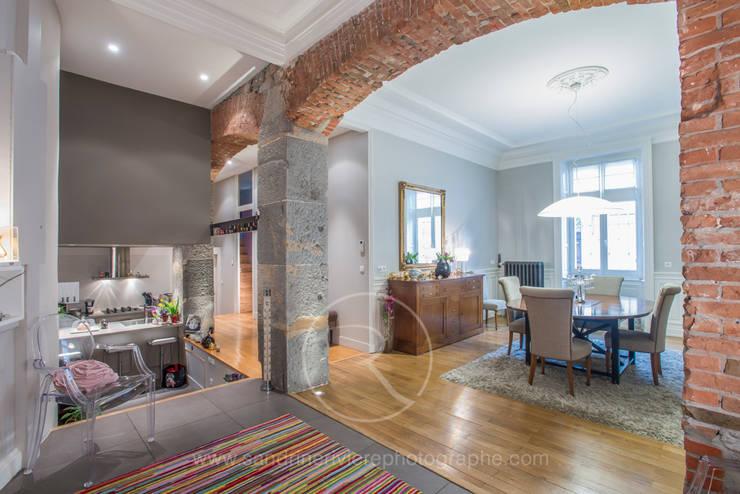 Visite privée d'un appartement haussmannien: Couloir et hall d'entrée de style  par Sandrine RIVIERE Photographie